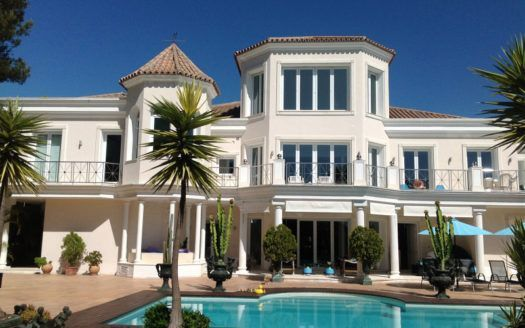 ARFV1496 - Representative villa for sale in El Paraiso Alto in Benahavis