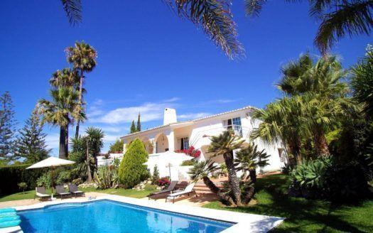 ARFV2048 - Andalusian villa for sale in long-established urbanization El Rosario in Marbella