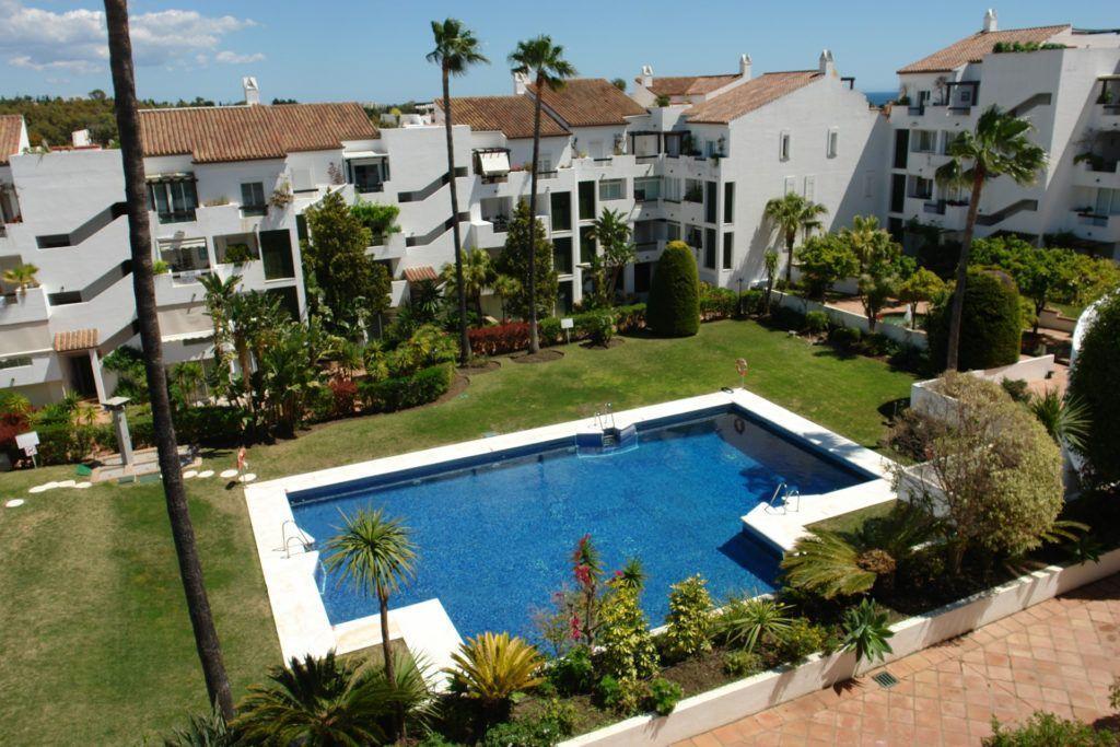 Charming penthouse for sale in Las Jacarandas Bel Air in Estepona