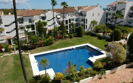 Charming penthouse for sale in Las Jacarandas Bel Air in Estepona