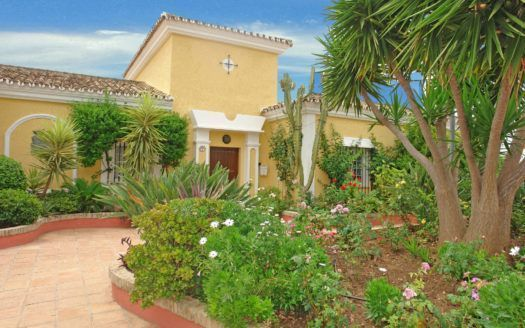 ARFV1433 - Beautiful villa for sale in Los Naranjos Hill club in Nueva Andalcia with sea views
