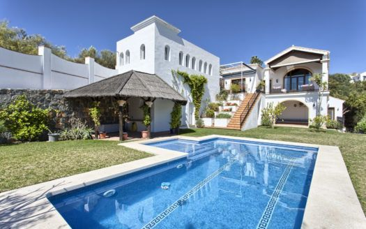 ARFV1531-251 - Rustic style villa for sale in Monte Mayor in Benahavis with sea views