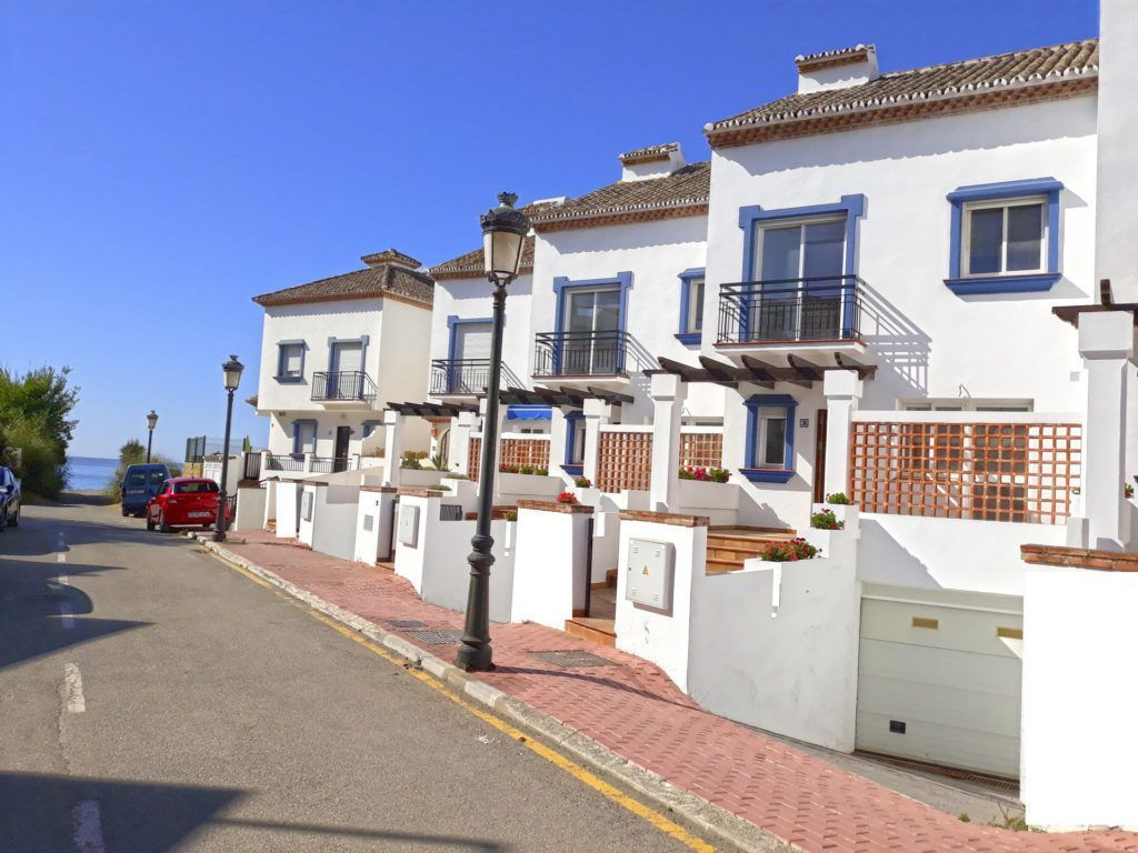 ARFTH136 - Townhouses beachside for sale in Estepona