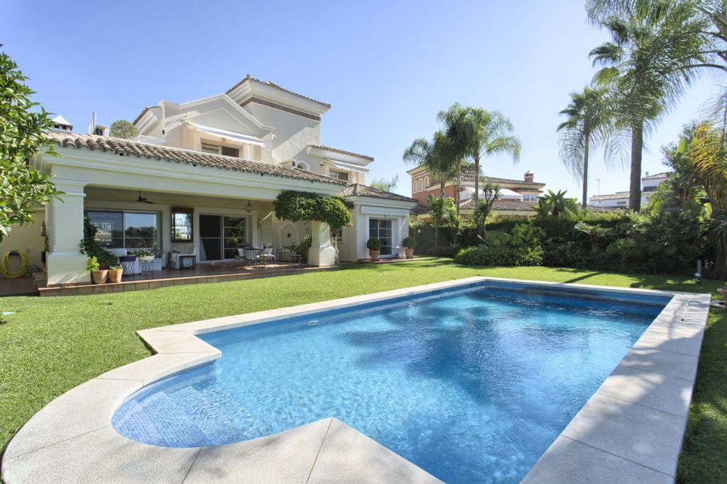 ARFV2129-304 - Elegant villa for sale directly on the golf course of La Quinta near Marbella