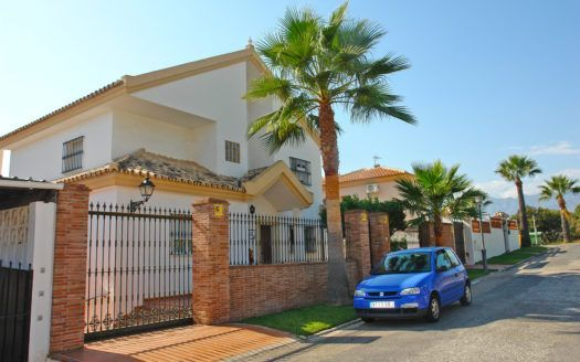 ARFV1900 - Classic style Villa for sale in beach urbanisation in Las Chapas Playa